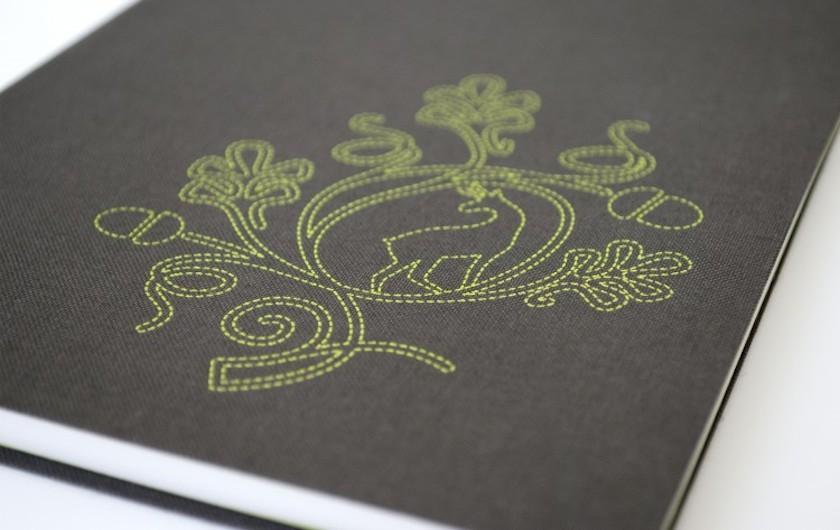 Für den Herrn: das Burschenbuch mit aufgedruckter Lederhosn-Stickerei.