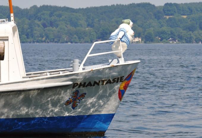 Von April bis Oktober kann man auch mit den den Linienschiffen derBayerischen Seenschifffahrtnach Bernried ins Museum der Phantasie fahren.