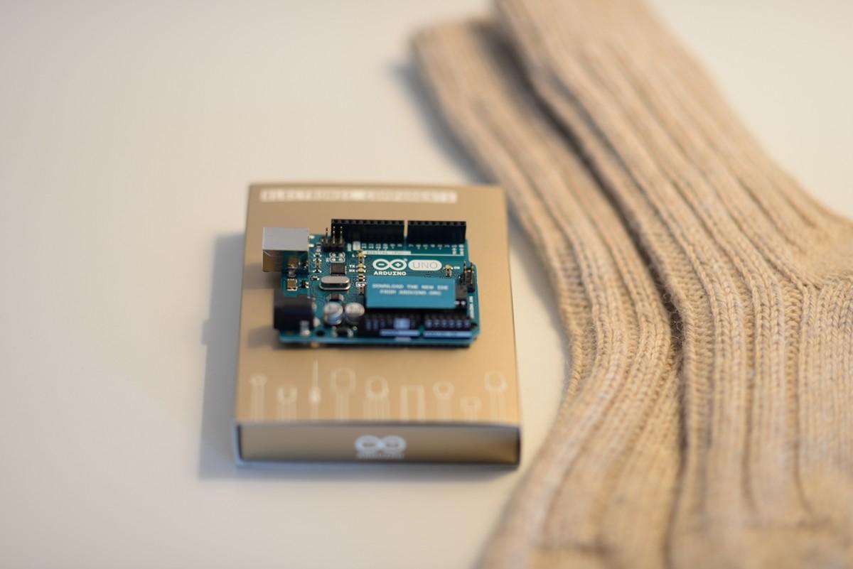 Gesteuert werden die schlauen Socken über einen Arduino Microcontroller.