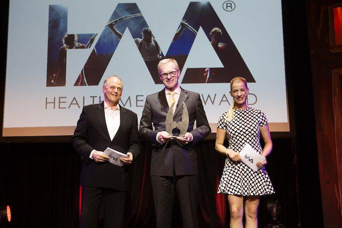 Raimund Koch von der apoBank nimmt stolz den Health:Angel Award entgegen.