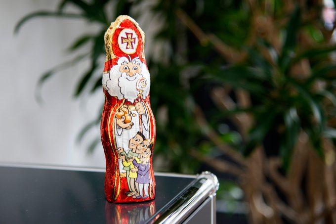 """Anfang 2016 war der """"neue Nikolaus"""" verabschiedet. Er ist ein echter Sympathieträger – aufgeräumt und gut gelaunt strahlt er übers ganze Gesicht. Auch den drei Kindern ist die Freude anzusehen, von Nikolaus beschenkt zu werden. Zur Saison 2016 ist der neue Nikolaus erhältlich."""