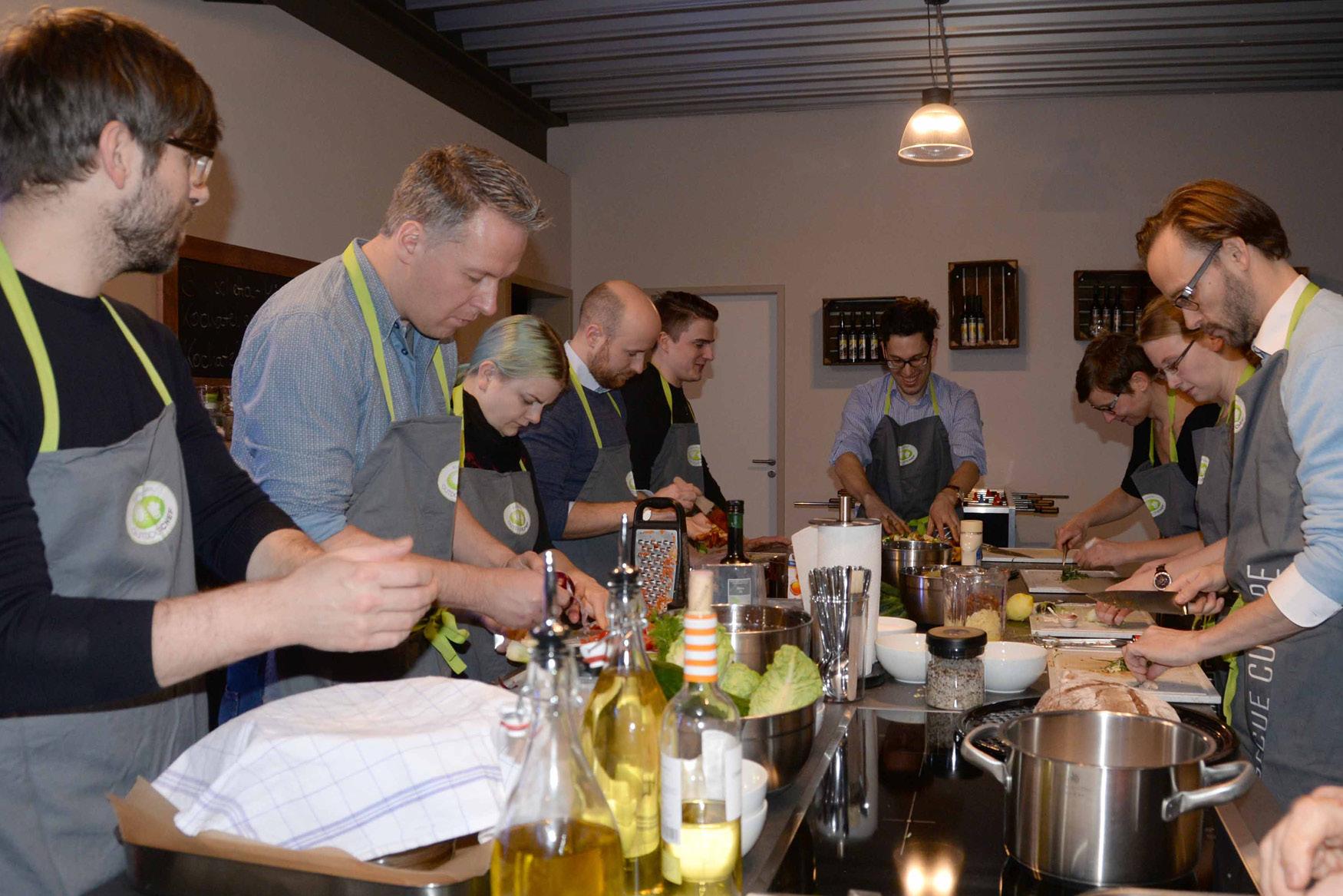 Massen-Kochen: Hier entstehen Mango-Checken Wings, gegrillte Melone, Caprese-Teigtaschen, Wolfsbarsch mit Kräutern, Honig-Bier-Hühnchen und und und ...